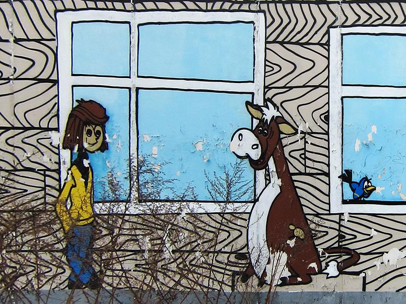 Фотография настенного граффити с Дядей Федором и его теленкос в мультфильме Каникулы в Простоквашино