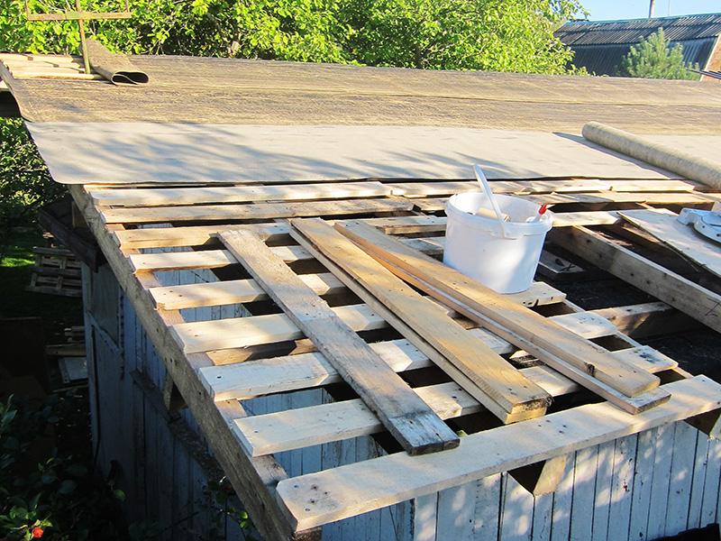 Поддоны можно успешно использовать для обрешетки при ремонте старой крыши домика или сарая
