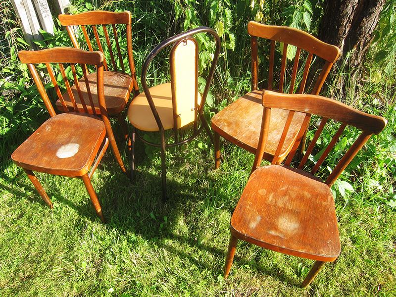 Чтобы эти деревянные стулья не мешали нам в гараже, мы отправили их на дачу - пусть там пылятся