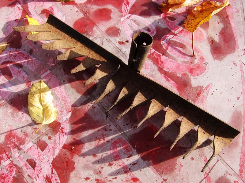 Фотография граблей, которые сняты с ручки и требуют ремонта