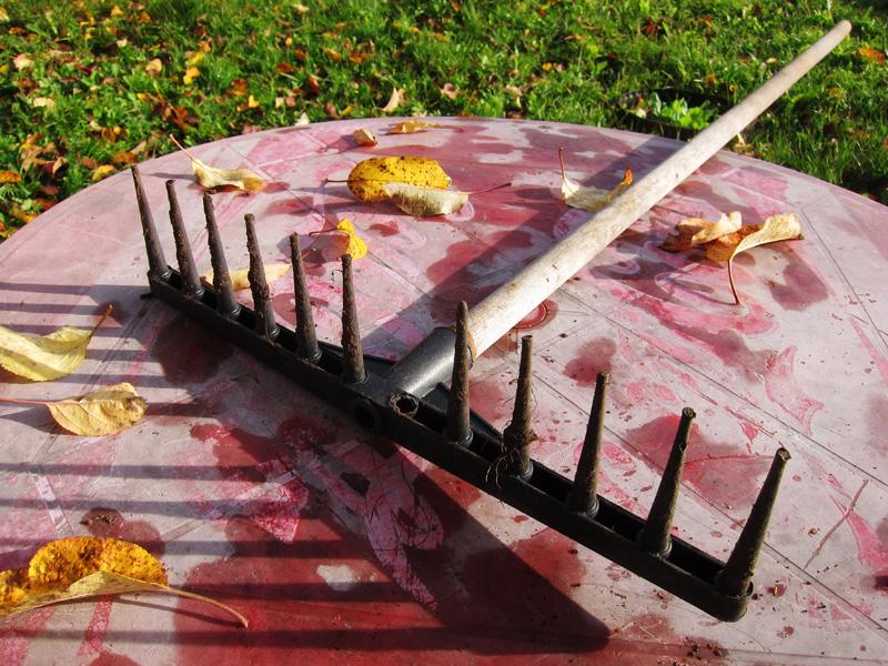 Фотография пластмассовых грабель, которые необходимо починить