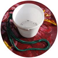 Ведра на даче предназначены для разных задач - носить воду, хранить мусор, собирать овощи