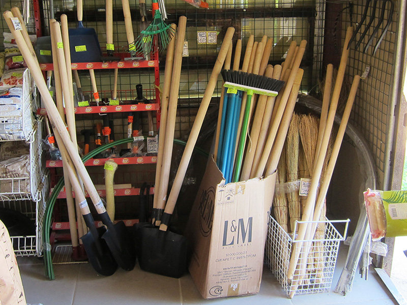 Зайдите в ближайший хозмаг и выберите себе подходящую лопату, а то и две сразу - они обе обязательно пригодятся на дачном участке для выращивания овощей и ягод.