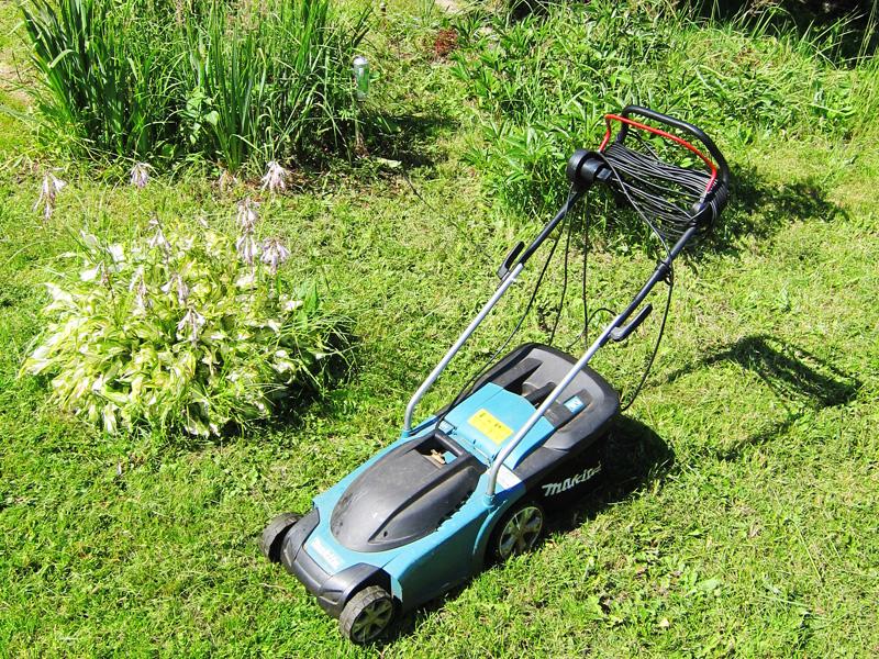 Газонокосилка легко выкосит всю траву на участке