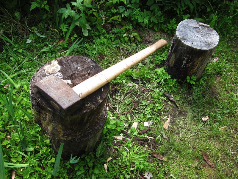 Простым топором не всегда удобно заготавливать дрова для мангала или для печи. Он может застрять.           Колун позволяет раскалывать практически любые бревна пополам, а потом еще легче делить половинки на части.
