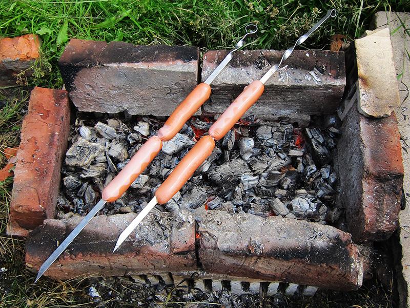 Даже в холодное время года, когда на даче лежит снег, можно дастать из дровни сухие дровишки и развести огонь, чтобы приготовить на нем курочку или те же сосиски.