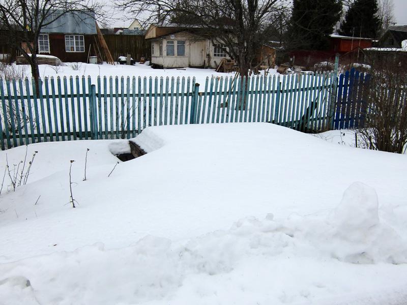 Фотография дачи зимой со снежными сугробами