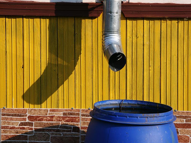 Я никогда не замечал, чтобы дождевую воду собирали жители многоэтажных домов - в городе она не пользуется большим спросом