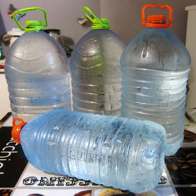 Родниковая вода на столько холодная, что не успевает согреться даже, когда оказывается уже дома