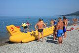 Очередь у «банана» на пляже в поселке Лазаревское