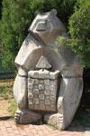 Маша и Медведь - парковая скульптура в поселке Лазаревское