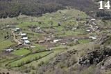 Нижняя Мара - вид с горы на домики, загоны для скота, окружающий лес и кривые каменистые дороги.