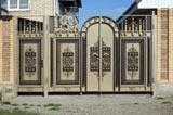 Кованые ворота — элемент аристократизма. Часто на них наносят герб рода или вензель владельца.