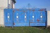 Кованые ограды, сделанные по всем правилам кузнечного дела, сочетают в себе надежность и прочность железа, воздушность и элегантность кованых изделий.