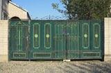Кованые заборы в ансамбле с такими же воротами и калиткой способны стать достоинством любого строения. Кованые ограды и заборы прочны, крепки и надежны, при должном уходе они способны прослужить добрую сотню лет.