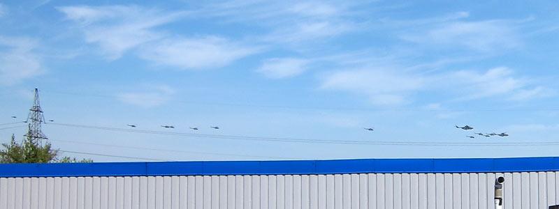 Вертолёты над Митино 9 Мая - вид с крыши гаражей