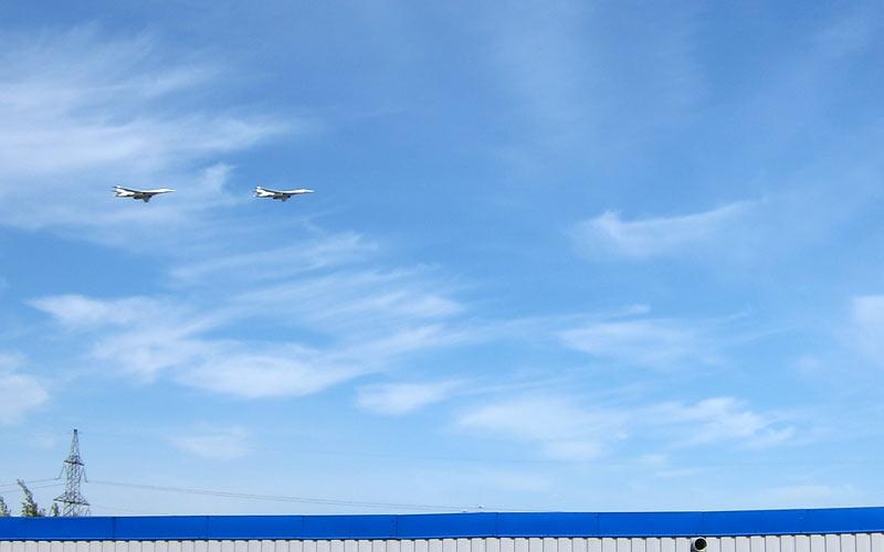 Белые Лебеди над Митино 9 Мая - вид с крыши гаражей
