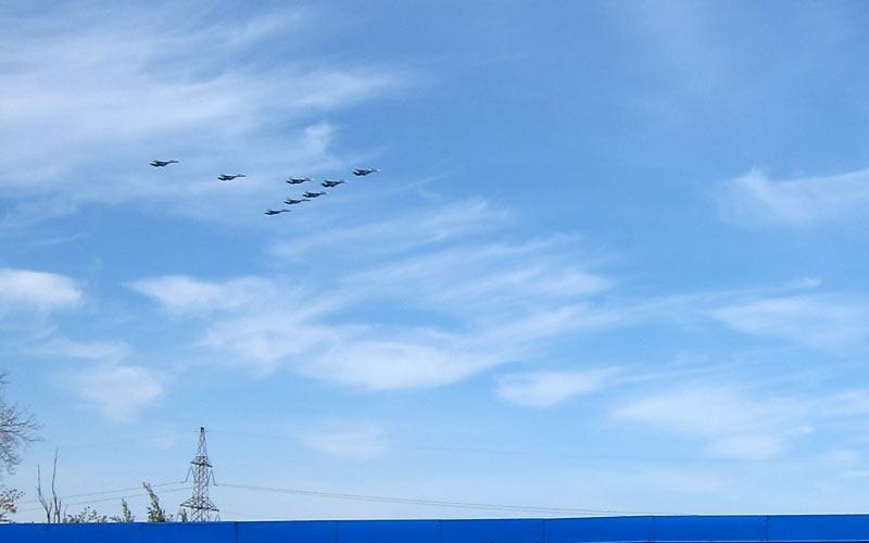 Самолёты над Митино 9 Мая - вид с крыши гаражей