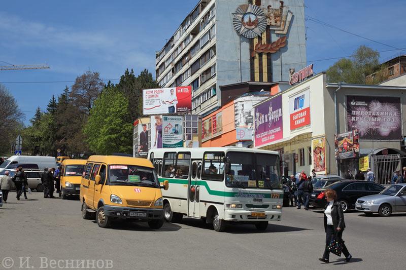 Эти автобусы были сфотографированы на улице в южном городе Кисловодске