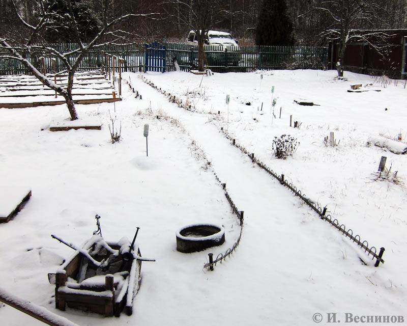 Снег, выпавший первовго апреля на дачном участке