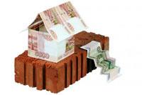 Домик из пятитысячных банкнот на фундаменте из одного кирпича изолировано на белом фоне