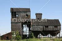 Изображение старой заброшенной зерносушилки в Фотобанке «Depositphotos»