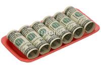 Шестьсот долларов, свернутые в рулоны, лежат на пластиковой тарелке - фотография на белом фоне в Фотобанке «Fotolia»