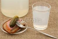 Стакан самогона и закуска на мешковине в Фотобанке «Fotolia»