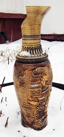 Фотография старой вазы на газоне