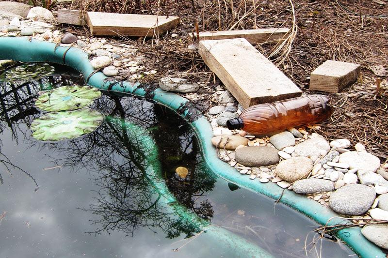 Бассейн в Томилино - бутылки и брёвна для защиты от мороза
