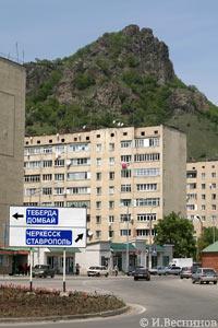 Моя фотография развилки в Карачаевске - на Теберду и Домбай, на Ставрополь и Черкесск, на Учкулан