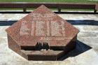 Моё путешествие в Абхазию, фрагмент памятника в Пицунде