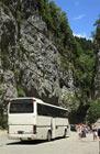 Моё путешествие в Абхазию, туристичекий автобус в каменном мешке