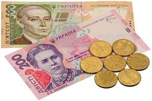 Гривны - украинские деньги - монеты и купюры на белом фоне