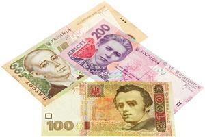 Украинские банкноты по сто, двести и пятьсот гривен на белом фоне