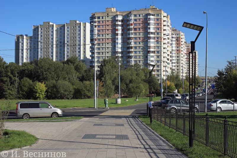 Москва, Митино, вид на микрорайон «Военный городок» от станции метро «Пятницкое шоссе»