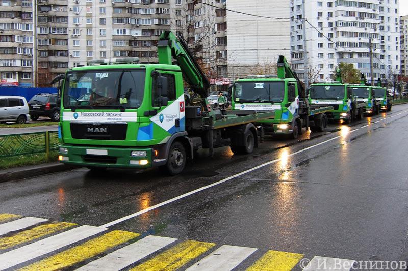 Моя фотография пяти эвакуаторов на улице Митинской
