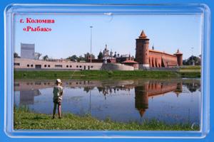 История Коломенского Кремля берет начало с XVI столетия - времени, когда московское государство страдала от  бесконечных татарских набегов и еще не оправилась от опустошительного нападения войска Мехмеда и Гирея 1521 года. Тогда,  вынужденный принять меры против воинственных пришельцев, Великий московский князь Василий III приказал разрушить устаревшее  деревянно-земляное укрепление Коломны и соорудить вместо него мощную крепость. Строительство было начато в 1525 году и  осуществлялось невероятно быстрыми, как для тех времен, темпами. Так что уже через шесть лет на берегу Москвы-реки вырос  могучий охранник из камня и кирпича. По одной из версий, сооружением крепости руководили итальянские архитекторы Алевизы,  авторы укреплений Московского Кремля. Ведь оба комплексы очень похожи: длиной и толщиной стен, количеством башен и т.п...  Площадь Коломенского Кремля - 24 га, Московского - 28 га.