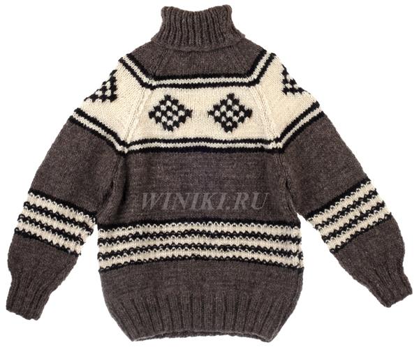Чтобы вернуть шерстяному свитеру прежний размер либо растянуть его, прополощите его в теплой воде, после чего  положите на полиэтиленовую поверхность, предварительно обернув полотенцем сверху и снизу. Самое главное здесь - не отжимать  его и за процесс сушки два-три раза менять полотенце на сухое. Также после того как вы прополощете свитер в теплой воде,  вы можете повесить его на вешалку, предварительно отжав. Следите за тем, чтобы он был достаточно хорошо отжат, иначе он  может вытянуться больше, чем вам требуется. Периодически слегка отжимайте воду, которая скапливается на нижних краях  свитера. Самым простым вариантом вернуть свитеру нормальный размер без полоскания, является надевание его на себя и носка  дней дома в течение пары дней. За это время он растянется и вернется к нормальному виду, после чего вы можете спокойно  носить его на людях.
